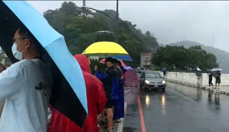 石門水庫洩洪,吸引民眾冒著風雨到現場觀看。記者鄭國樑/攝影