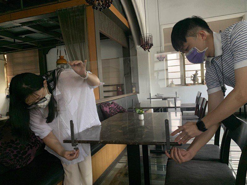 台南市餐飲業者開始加裝隔板迎接下周可以內用。記者吳淑玲/攝影