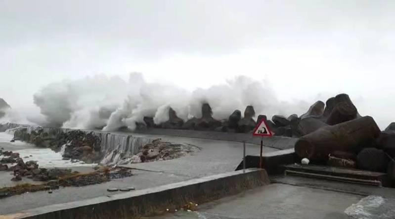 颱風走將降級,基隆海邊掀巨浪湧觀浪人潮險象環生。圖/讀者提供