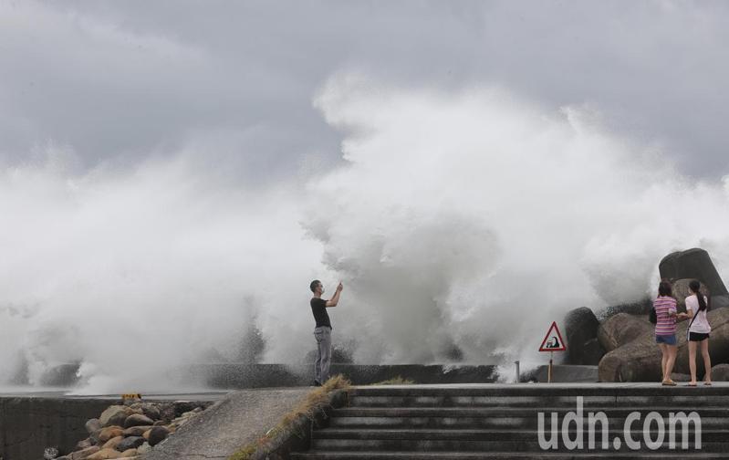 結構扎實的烟花颱風掠過北台灣,不少民眾來到基隆海洋大學前拿著手機拍攝,近距離體驗巨浪帶來的刺激感受。記者許正宏/攝影