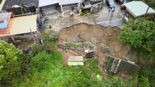 苗栗縣三灣鄉中港溪畔一處民宅前方的邊坡昨晚6點多突然崩坍數十公尺,住戶有十餘人被緊急撤離。圖/民眾提供