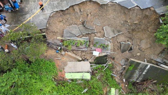 苗栗縣三灣鄉中港溪畔一處民宅前方的邊坡前晚突然崩坍數十公尺,住戶有十餘人被緊急撤離。圖/民眾提供