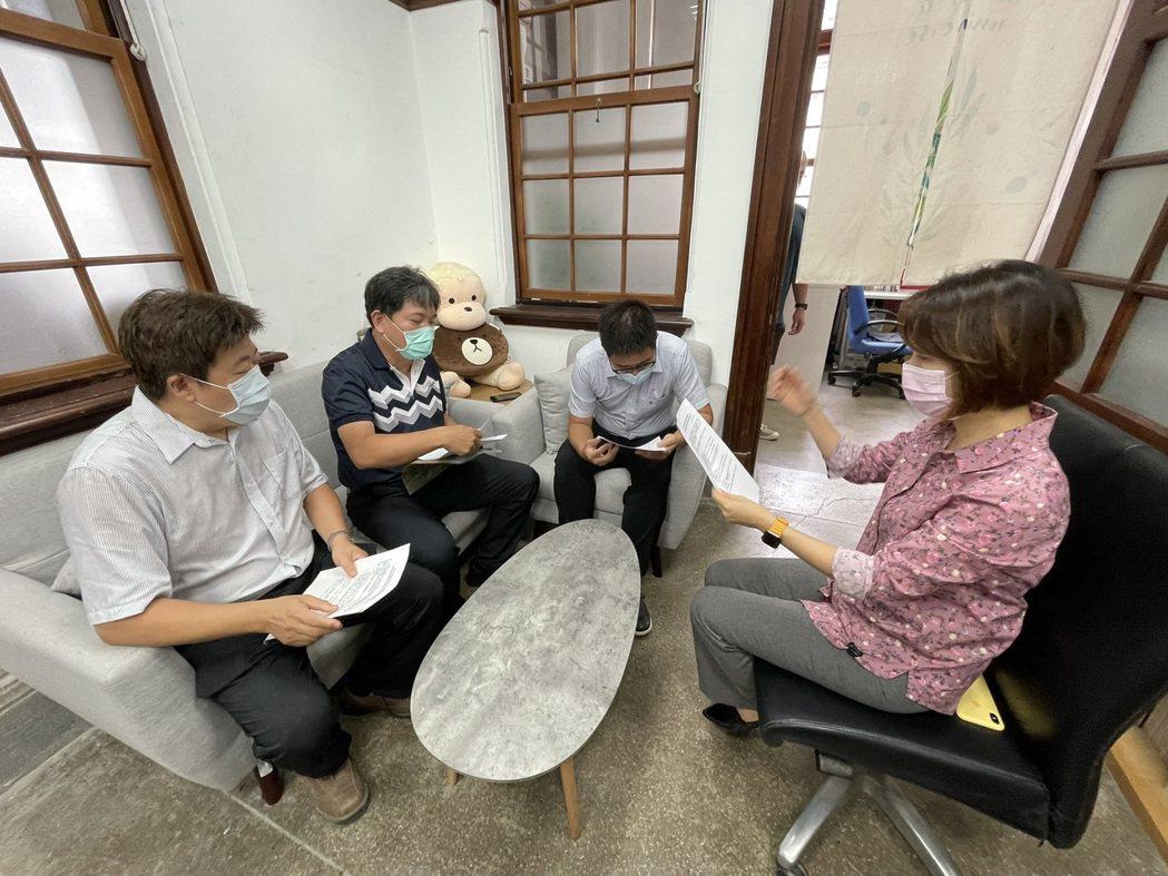 市議員李妍慧(右1)日前與幼教與補教協會、教育處討論降級之後的必要準備,要求做好...
