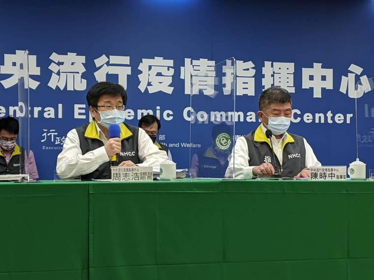 陳時中(右)表示,未來台灣是否有機會開放莫德納給18歲以下族群施打,對於疫苗適應...