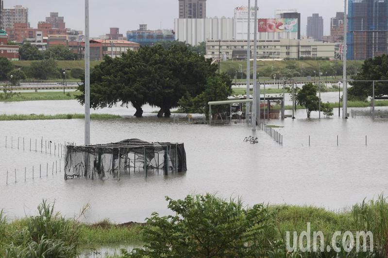 烟花颱風帶來驚人降雨,新北二重疏洪道棒球場遭淹沒。記者葉信菉/攝影