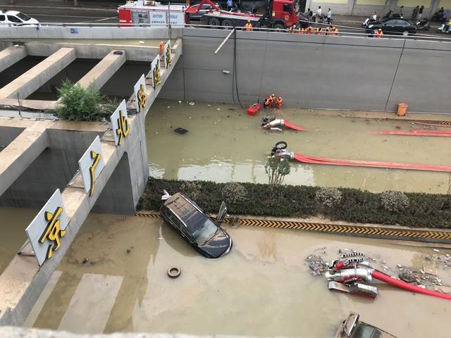 鄭州京廣北路隧道南口23日仍有數輛汽車泡在水中。(取自《新京報》)