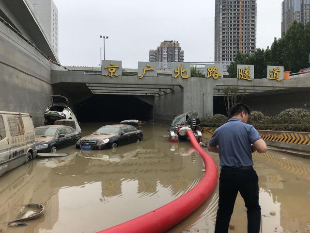 鄭州這次災情嚴重的京廣北路隧道,23日隧道內積水已明顯下降。(取自《新京報》)