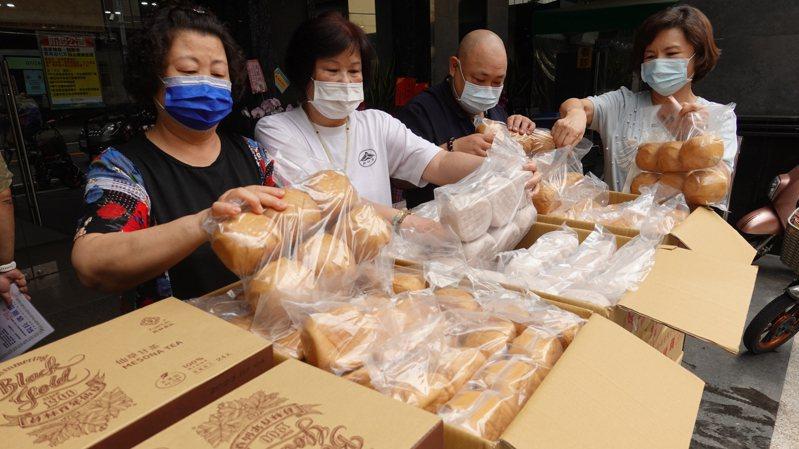 員林寺宗聖法師帶領志工載運物資送到宏仁醫院。圖/宏仁醫院提供