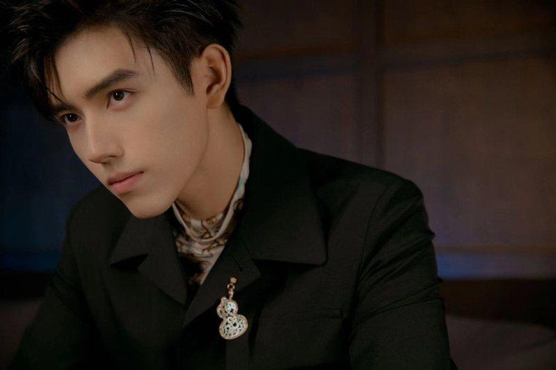 Qeelin品牌代言人的陳飛宇,挑選了Wulu Lace 18K玫瑰金鑲鑽珍珠母貝吊墜,並巧妙轉換成西裝領片上的胸針,和全身的深色造型,扮演恰如其分的亮點。圖 / Qeelin提供。