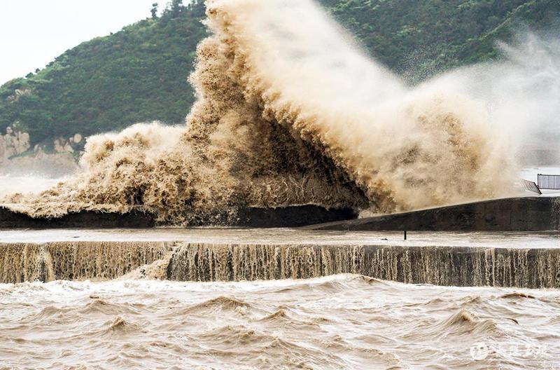 隨著烟花颱風逐漸逼近,浙江沿海掀起了4公尺高巨浪。(取自新華網)
