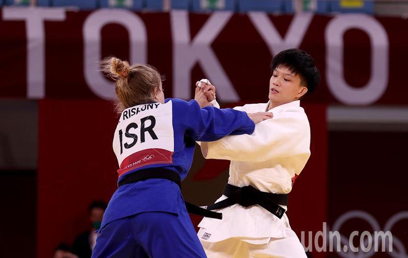 我國柔道女將林真豪(右)在東京奧運女子48公斤級敗部復活戰不敵以色列選手,無緣晉級。特派記者余承翰/東京攝影