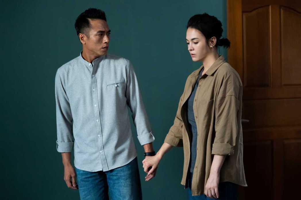 張榕容(右)和莊凱勛在「第三佈局 塵沙惑」中有感情戲。圖/CATCHPLAY提供