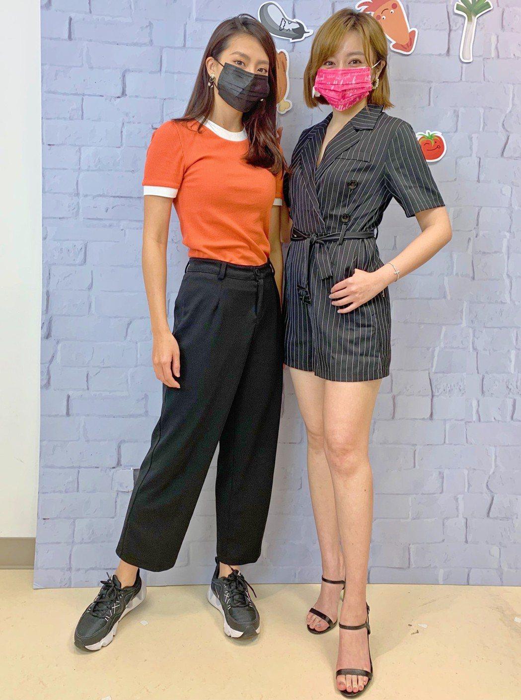 王瞳(右)跟顏曉筠一起上直播節目。圖/民視提供