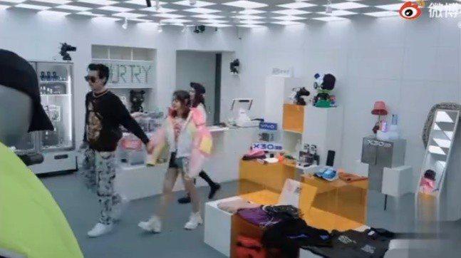 吳亦凡曾在節目錄影途中牽走未成年女演員。圖/摘自微博