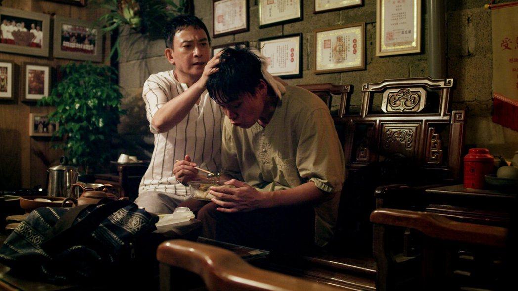 王識賢(左)劇中對黃鐙輝十分疼愛。圖/東森、映畫提供