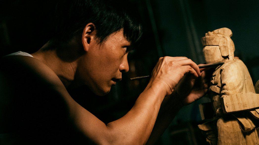 黃鐙輝在「神之鄉」中飾演一位雕刻師傅。圖/東森、映畫提供