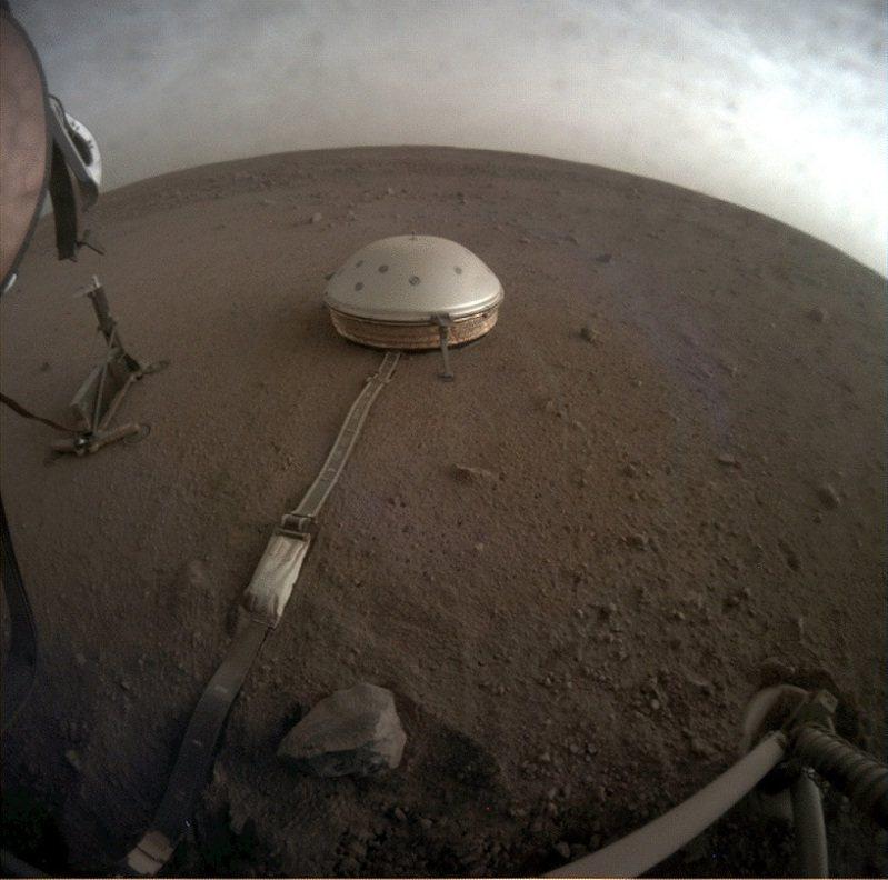 NASA的「洞察號」火星探測器在地表放置地震儀,測量名為「火星震」的地震活動,並製作火星內部的3D模型。科研團隊成員解釋,研究行星地核、地幔與地殼等內部各層,可以展現構造與演化的內部景象,同時揭開任何地磁與構造活動。路透/Cover Images