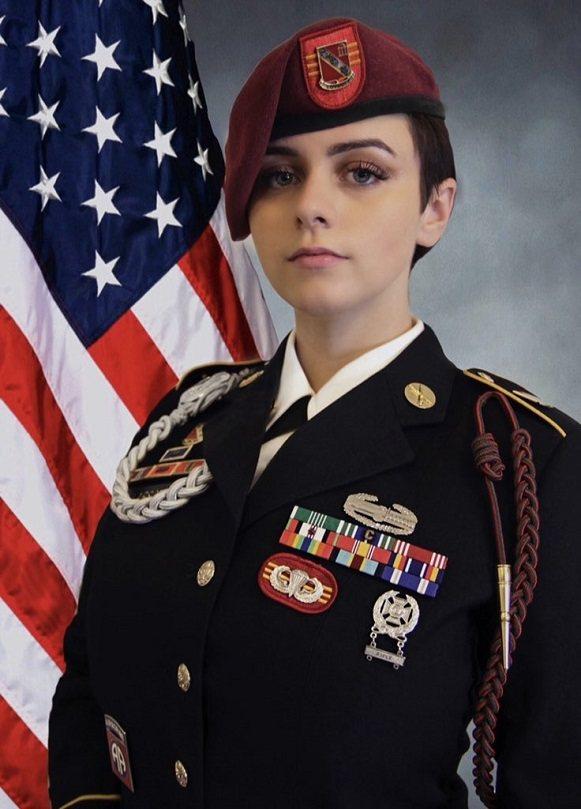 美國軍聞網站《任務與目標》(Task & Purpose)23日以頭條報導一樁趣聞,用美國陸軍退伍軍人「愛梅莉」為例,說明女性退伍軍人上網時,就該怎麼對付隨便臆測她們軍旅生涯的「性別歧視小白」。畫面翻攝:Twitter/EmeryEXP