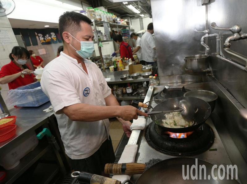 高雄市長陳其邁拍板定案27日起高雄開放餐廳內用,高雄一家海產燒烤餐廳大廚在廚房準備食材,要迎接久違的老顧客。記者劉學聖/攝影