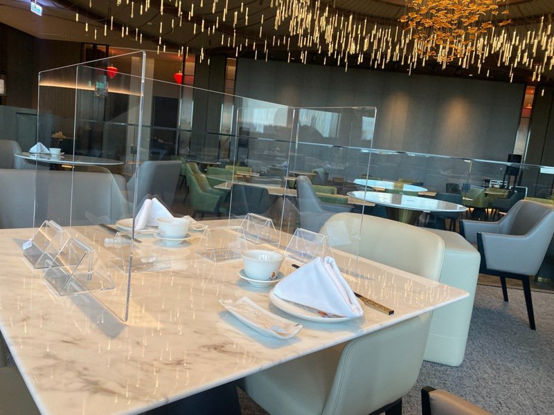 高雄萬豪酒店面對市府降級開放內用規定,將以ㄇ字型隔板安排消費者用餐、採梅花座、斜對座等方式保持間距。圖/高雄萬豪酒店提供