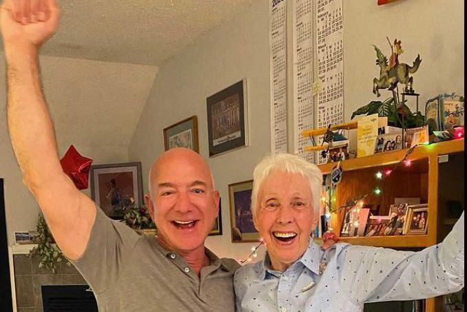 貝佐斯在IG介紹,馮克(右)是藍源首趟太空飛行的成員之一。法新社