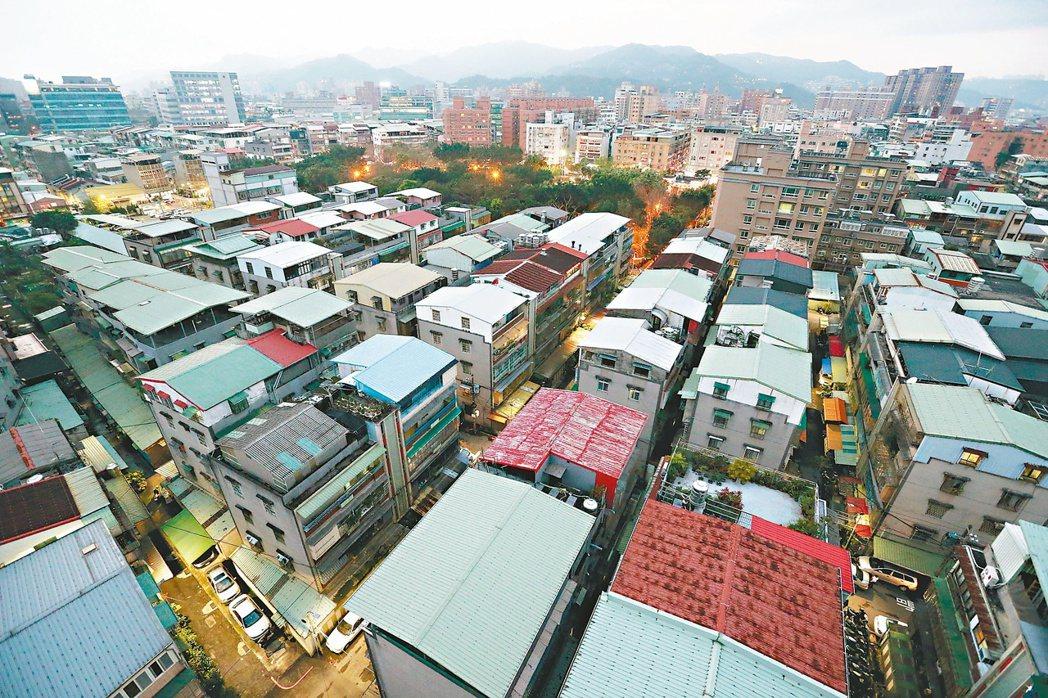 網友反映,台灣有許多高樓層、多戶數的新建案,中古屋的房價卻降不下來。圖/聯合報系...