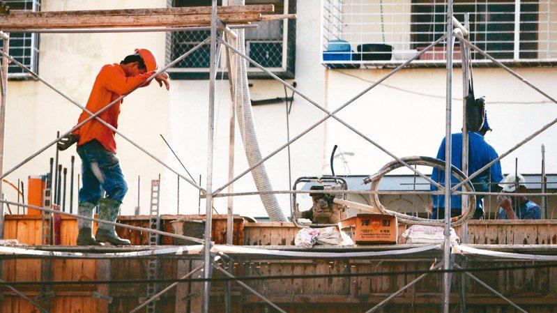 建築師陳肇勳表示,除了營建材料在漲,建築工人的工資也漲很凶,從早年一天3000元倍增到這幾年6000元左右,最近更傳出跳到8000元。圖/聯合報系資料照片