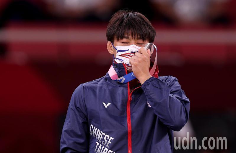 台灣「柔道男神」楊勇緯今天雖在東京奧運柔道男子60公斤級摘下銀牌,為我國在奧運史上首面柔道獎牌,他在頒獎典禮上露出享受的表情。 特派記者余承翰/東京攝影