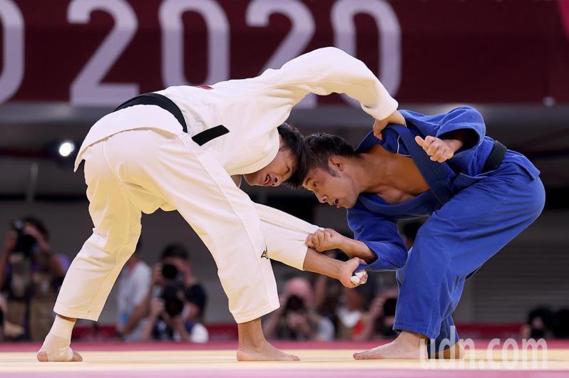 台灣「柔道男神」楊勇緯(左)今天雖在東京奧運柔道男子60公斤級金牌戰不敵日本名將高藤直壽(右),但摘下銀牌仍是我國在奧運史上首面柔道獎牌。特派記者余承翰/東京攝影