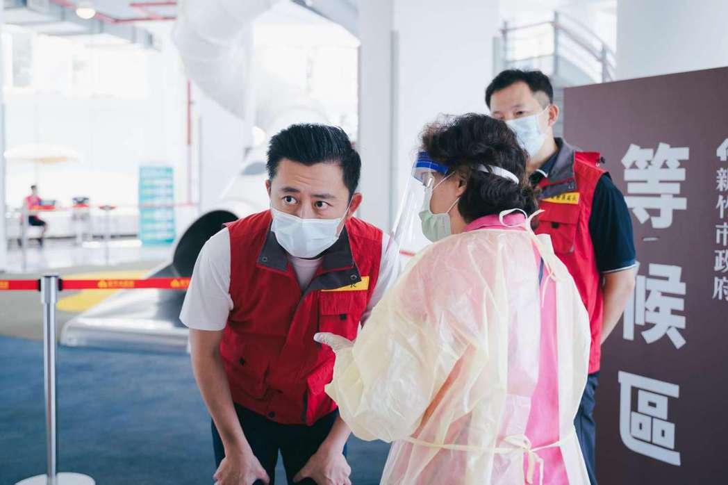 新竹市長林智堅近日常到疫苗施打站關心接種情形。圖/新竹市政府提供