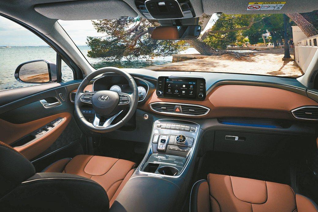 T-shaped控台設計搭配高質感深棕雙色內裝,散發出低調奢華質感。Hyu...