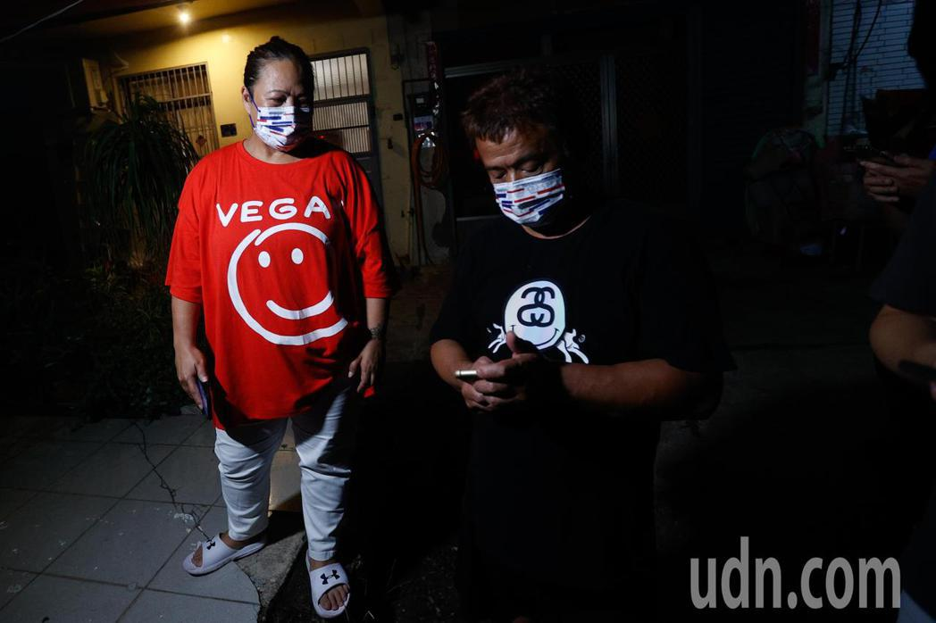 楊勇緯父母在楊勇緯比賽結束奪下銀牌後,立即與親友告知喜訊。記者黃仲裕/攝影
