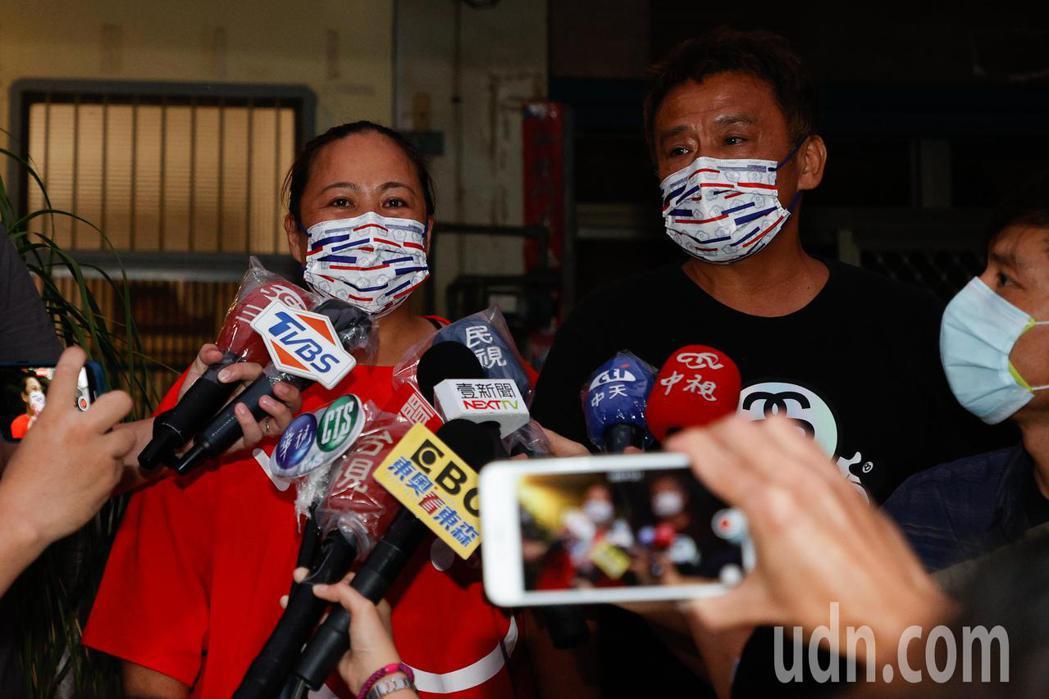 媽媽楊秀鳳(左)與父親許鴻明(右)受訪時謙虛的表示,勇緯很自立,做為父母只是在過...