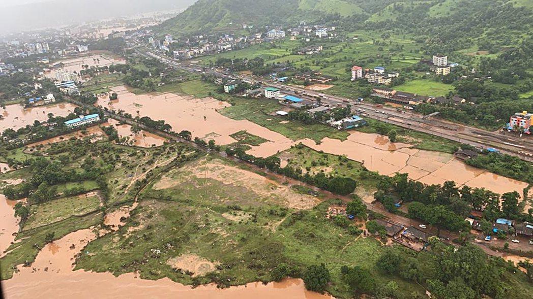 瑪哈拉施特拉邦23日鳥瞰照,大部分地區皆被洪水淹沒。(歐新社)