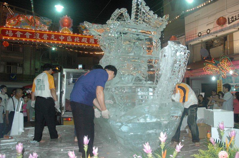 冰雕表演 今年沒有了 素有「北基隆、南虎尾」之稱的雲林虎尾中元祭大普度,今年將在防疫規範內如期舉行,但大幅縮小規模,往年具特色的冰雕表演取消。記者蔡維斌/翻攝