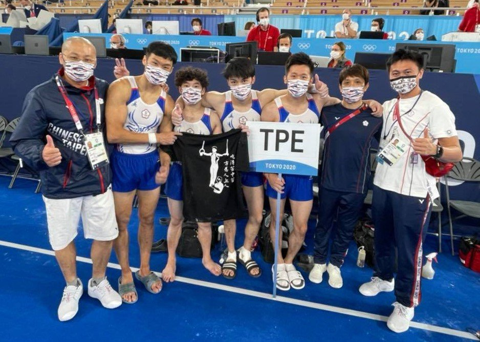 中華男子體操隊完賽後,特別拿出游朝偉的上衣合照,象徵團隊精神同在。圖/中華男子體