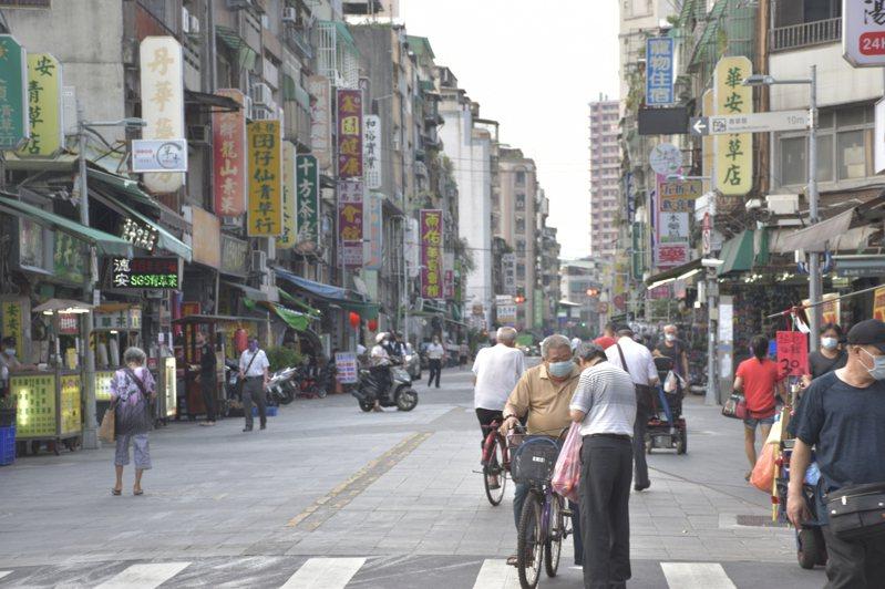 萬華的公有市場、夜市、地下街、臨時攤販集中場等9處,5月15日起強制暫停營業,市府將給予列冊攤商2萬元的補助。記者鍾維軒/攝影