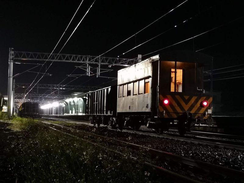 貨物列車守車在夜間行駛畫面。記者曹悅華/攝影