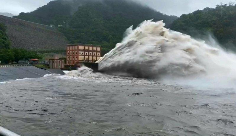 從石門水庫南苑停車場看洩洪,相當壯觀。記者鄭國樑/攝影