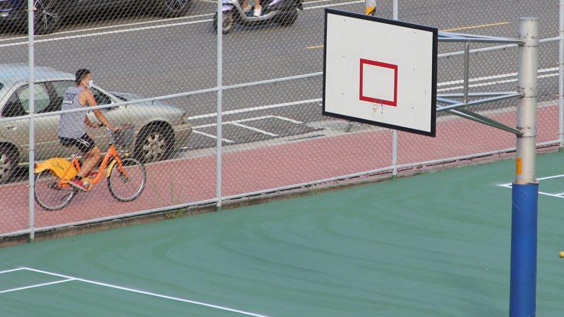 桃園不少民眾關心籃球場的籃框什麼時候裝回去。記者陳俊智/攝影