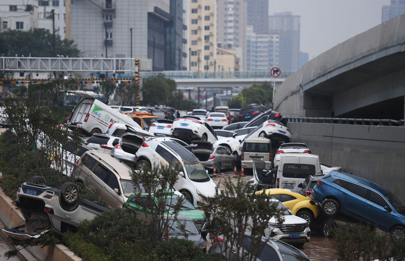 河南鄭州京廣隧道內被清理出堆積如山的泡水車。(新華社)