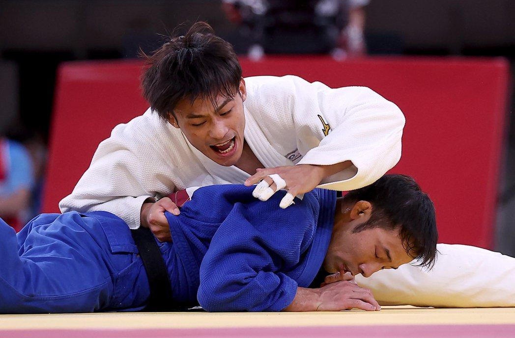 台灣「柔道男神」楊勇緯(圖上)昨天在東京奧運男子六十公斤級決賽奮戰,最後不敵日本...
