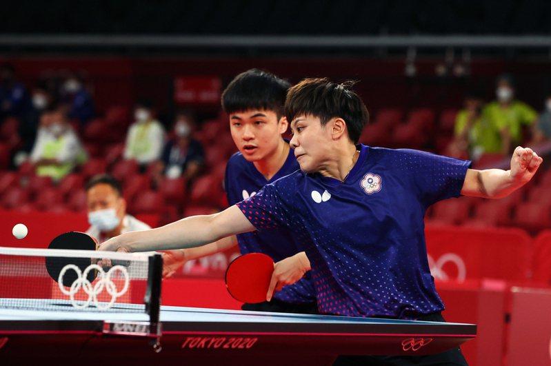 林昀儒(左)鄭怡靜進軍桌球混雙四強。 路透