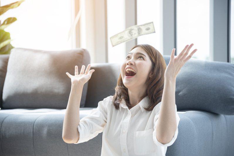 職場新鮮人剛領第一份薪水想必都會相當興奮,但要如何妥善運用這筆錢是一門大學問,近日一名網友發文「希望領第一份薪水就懂的事」,透過分享自身經驗讓更多人少走一點冤枉路。圖片來源/ingimage