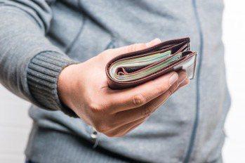 醫科男年薪四百萬嘆「窮得只剩下錢」 網給兩建議找回快樂