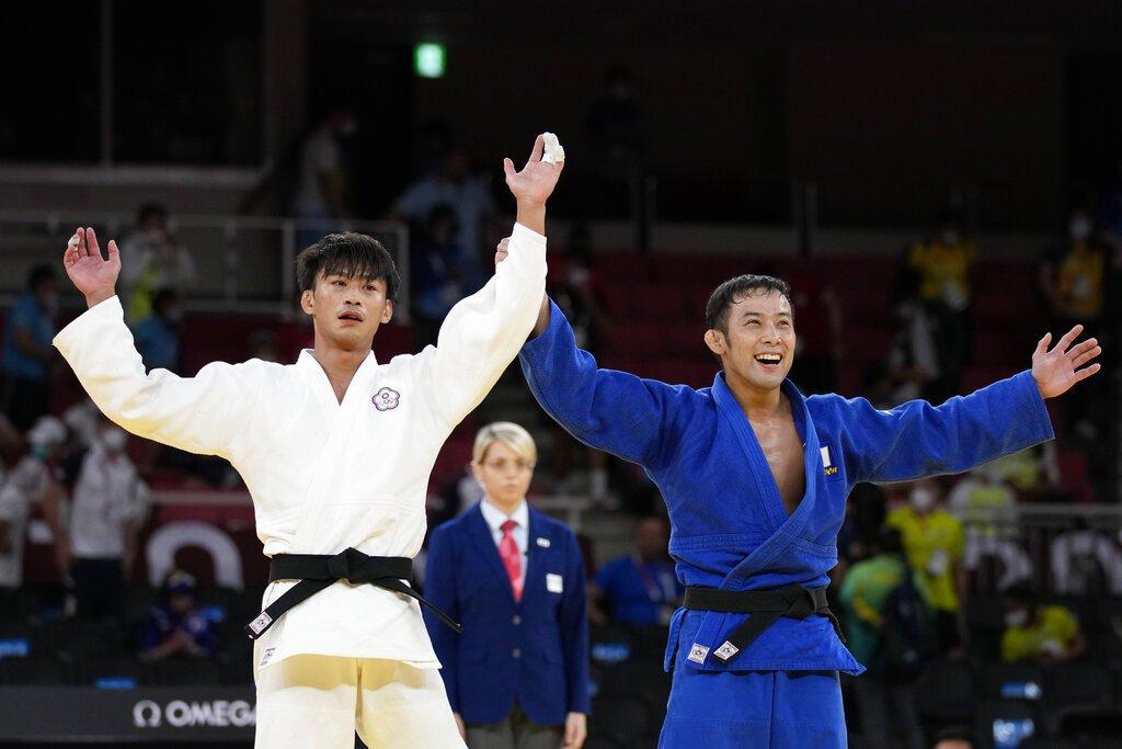 比賽結束後,兩人英雄惜英雄,在台上舉起彼此的手,這一幕讓台日粉絲看了相當感動。