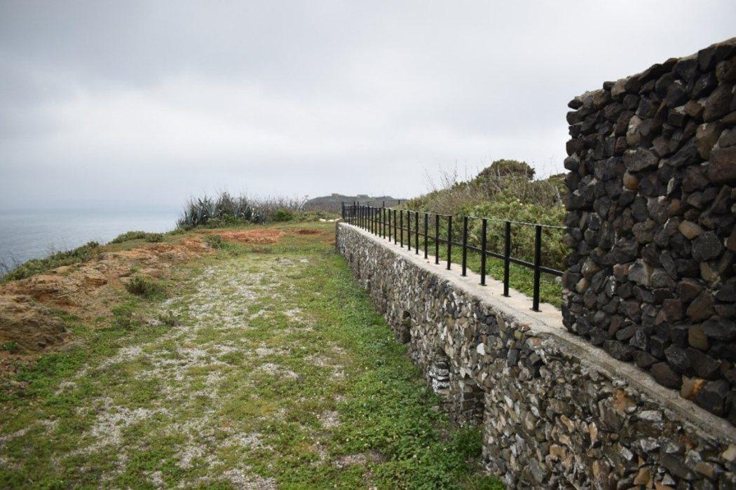 從虎井西山防備衛所遺址遠眺北方,半地下碉堡的側面清晰可見。 影像編修/廖英雁