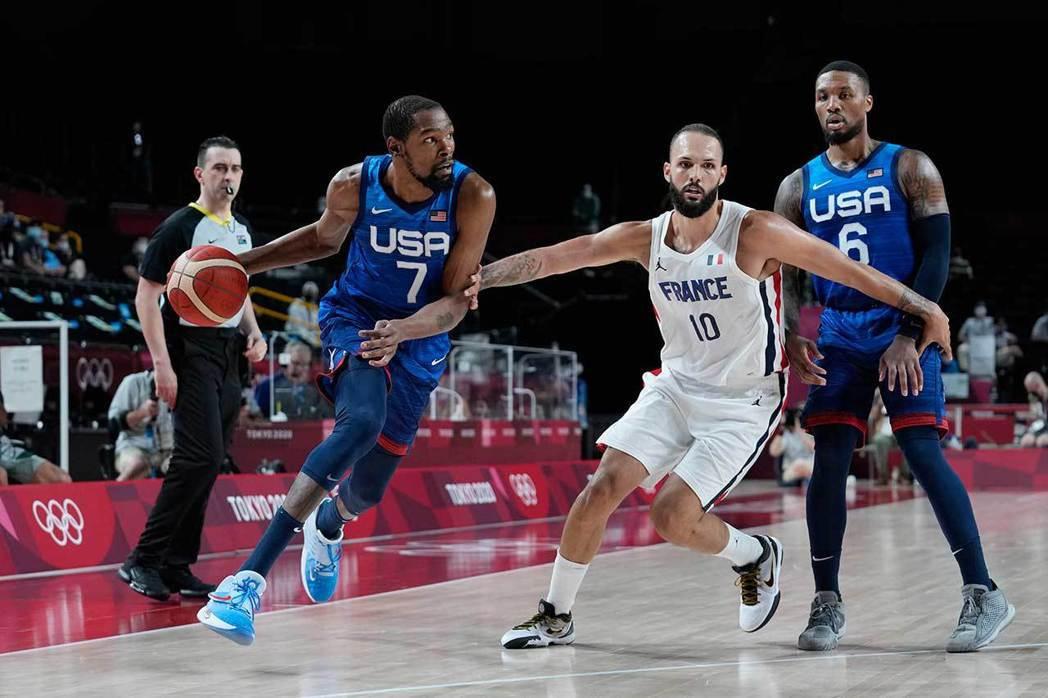 美國隊當家球星杜蘭特(左)在法國隊後衛佛尼爾(右)的防守之下,今天表現相當失常,...