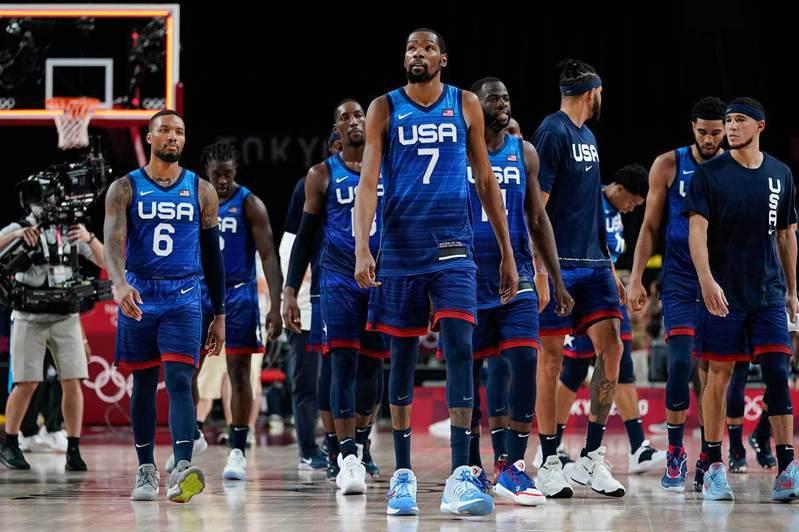 美國隊在奧運男籃首戰先盛後衰,意外輸給法國隊,賽後球員們都是一臉不可置信的表情。 美聯社