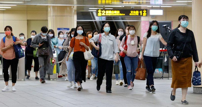 圖為捷運板橋站內民眾戴著口罩準備上班上課。記者鄭超文/攝影